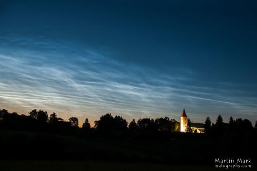 Helkivad ööpilved kiriku kohal