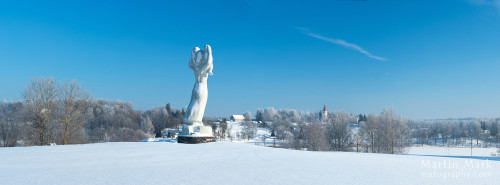 Eesti Ema vaatab kirikuga tõtt
