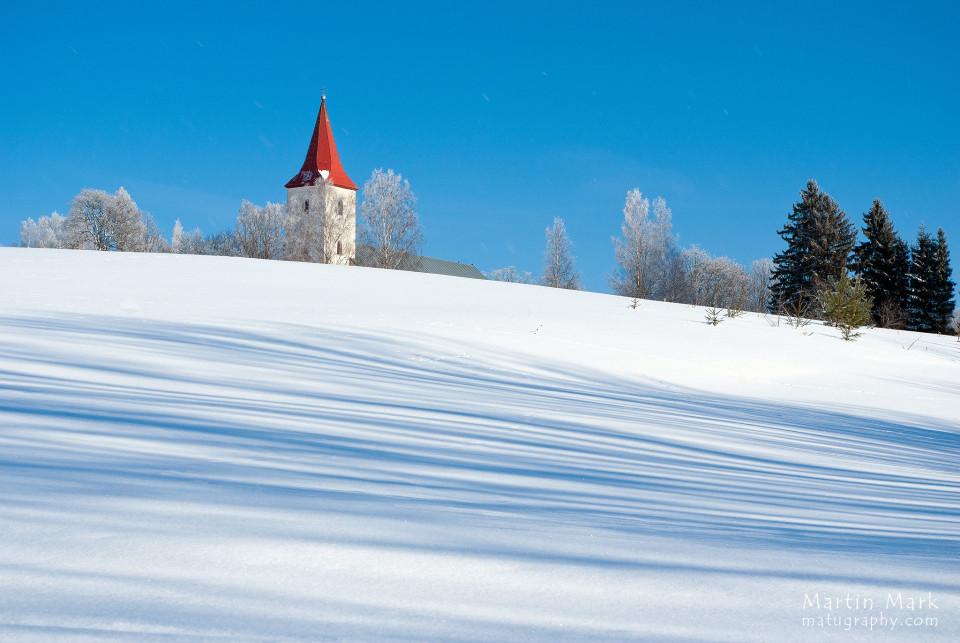 Kirik lume taga peidus