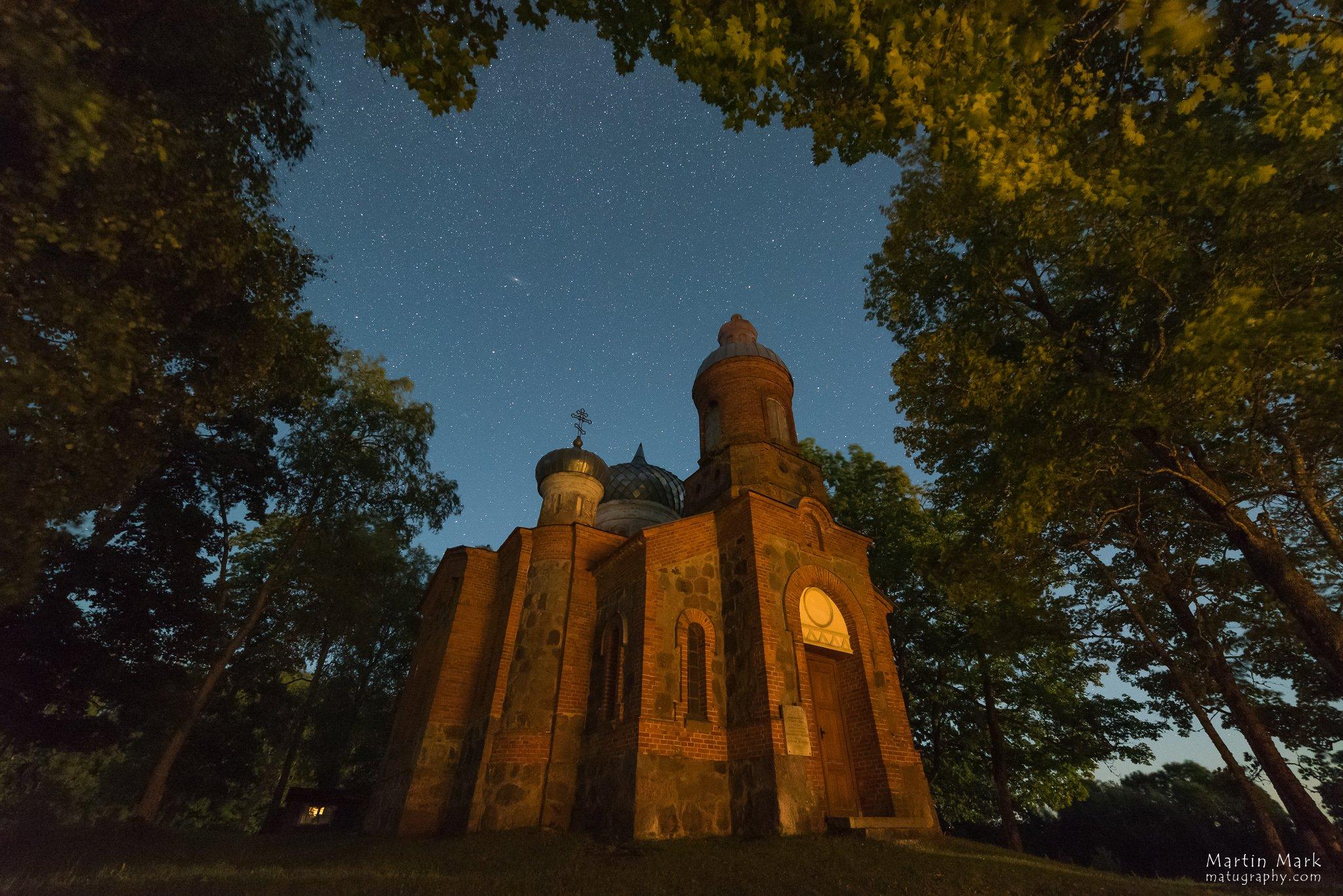 Plaani kirik kuuvalgel